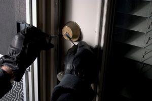 burglar-picking-lock